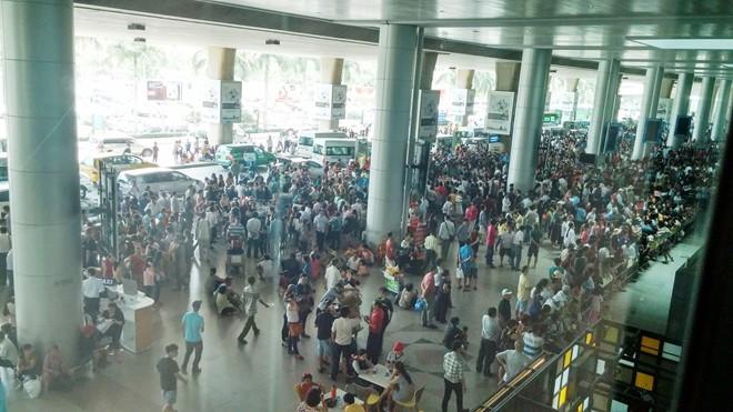 Qúa tải khu vực ga đến quốc tế sân bay Tân Sơn Nhất những ngày qua. Ảnh: Trường Nguyên.