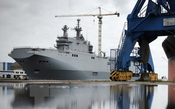 Tàu Mistral ngoài khơi Saint-Nazaire, Tây Bắc nước Pháp. (Nguồn: AFP/TTXVN)