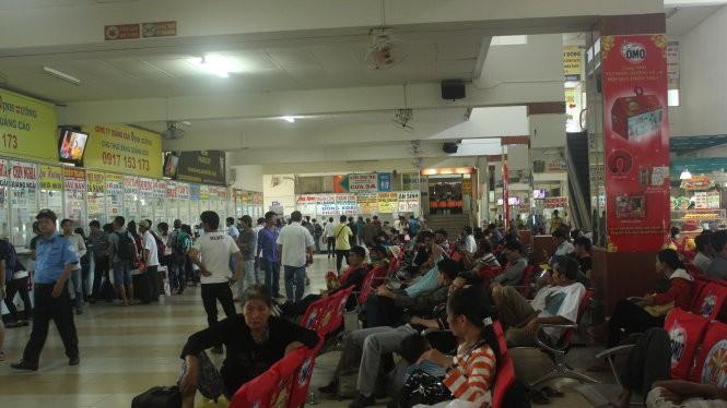 Sáng 2-2, rất đông hành khách đến bến xe Miền Đông lên xe đò về quê ăn tết - Ảnh: Đức Phú