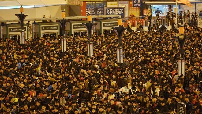 Đến ngày 2/2, hàng chục nghìn người Trung Quốc đang mắc kẹt ở ga tàu lửa tại thành phố Quảng Châu. Tình trạng này do điều kiện thời tiết khiến một số chuyến tàu phải chậm giờ xuất phát, ảnh hưởng đến lịch trình chung. Ảnh: Reuters