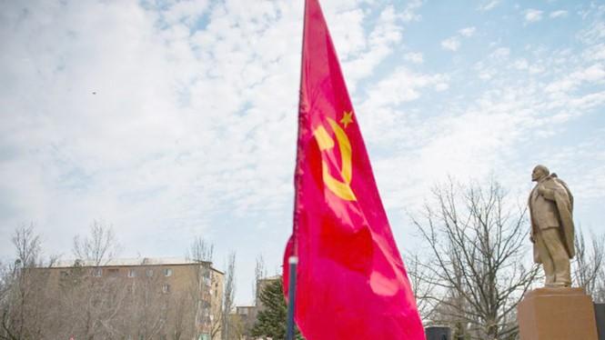 Tượng Lenin và cờ Liên Xô được người dân duy trì ở Donetsk, miền đông Ukraine - Ảnh: AFP