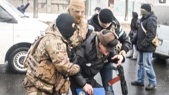 Cơ quan An ninh Ukraine (SBU) khống chế một người đàn ông Việt Nam trong vụ khám xét sáng 29/1. Ảnh: Novorossia Today