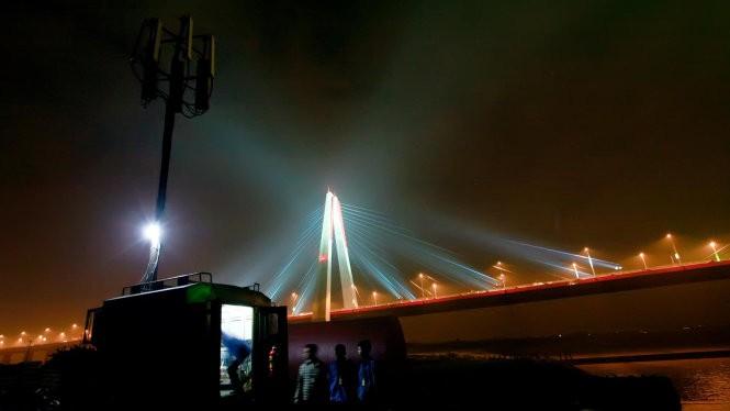 Trạm phát sóng lưu động Viettel tại cầu Nhật Tân đêm giao thừa 2015 - Ảnh: T. L.