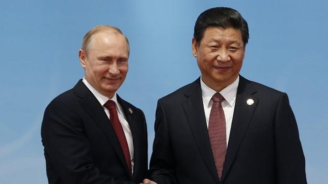 Tổng thống Nga Vladimir Putin (trái) và Chủ tịch Trung Quốc Tập Cận Bình - Ảnh: Reuters
