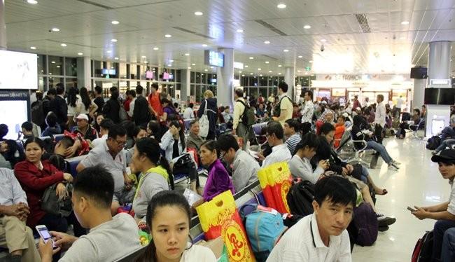 Các dãy ghế tại sân bay Tân Sơn Nhất những ngày giáp tết không còn chỗ trống - Ảnh: Anh Quân