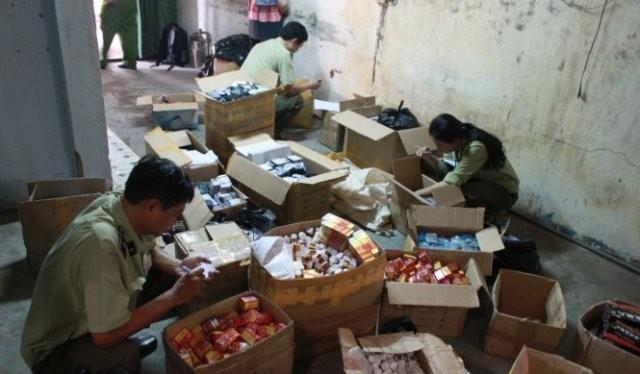 Lực lượng chức năng kiểm tra hàng lậu tại TPHCM - Ảnh: TL