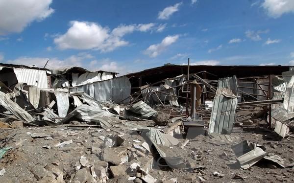 Cảnh đổ nát tại một trường học sau các cuộc không kích của liên quân tại thủ đô Sanaa của Yemen ngày 30/1. (Nguồn: AFP/TTXVN)