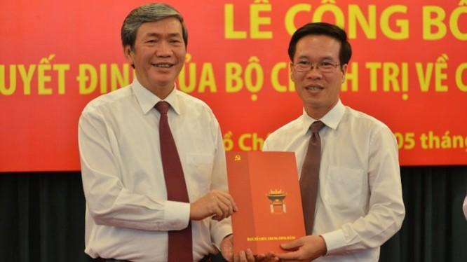 Thường trực Ban Bí thư Đinh Thế Huynh trao quyết định phân công cho tân Trưởng Ban Tuyên giáo TƯ Võ Văn Thưởng
