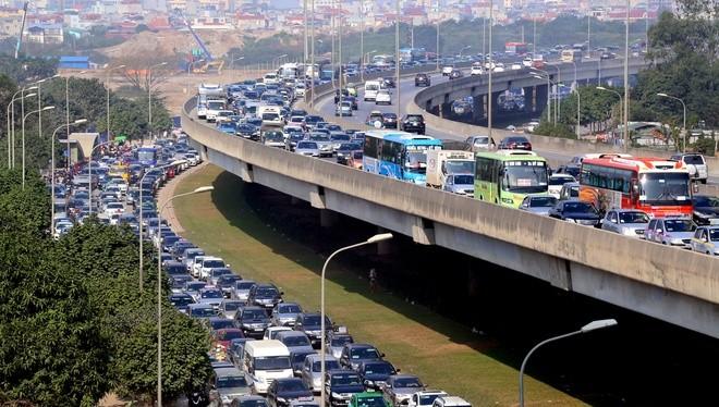 Đến 12h trưa nay, cửa ngõ thủ đô vẫn tắc đường kéo dài hàng cây số