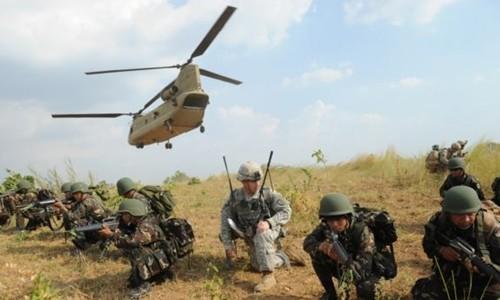 Binh sĩ Mỹ và Philippines trong một cuộc tập trận chung ở tỉnh Nueva Ecija tháng 4/2015. Ảnh: AFP.