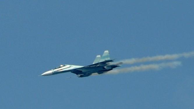 Tiêm kích Su-30MK2 của Trung đoàn 935 Không quân Nhân dân Việt Nam đang bay luyện tập - Ảnh: Tấn Cư