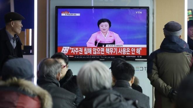Người dân Hàn Quốc theo dõi bản tin Triều Tiên tuyên bố thử thành công bom nhiệt hạch hôm 6/1. Ảnh: AP