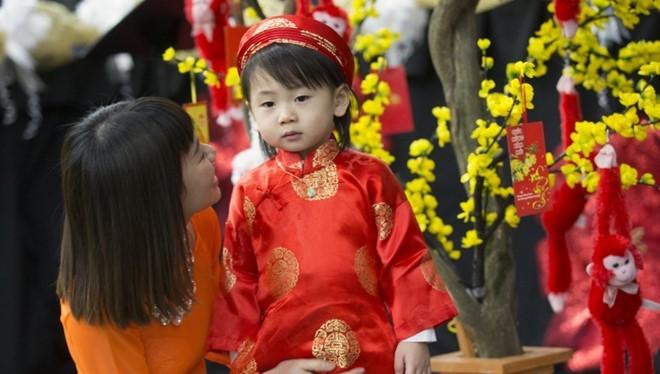 Cô Tran Kim ở thành phố Troutdale dẫn con trai Shane Kim, 2 tuổi, tới tham dự buổi lễ mừng xuân Bính Thân do cộng đồng người Việt tổ chức tại Trung tâm Hội nghị Oregon, thành phố Portland, bang Oregon ngày 6/2.