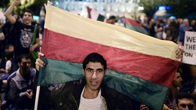 Một thanh niên cầm cờ của Đảng liên minh dân chủ Kurd Syria trong cuộc biểu tình của cộng đồng người Kurd ở Athens, Hy Lạp ngày 8.10.2014 - Ảnh: AFP