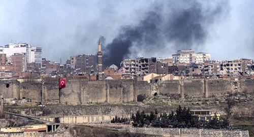 Khói bốc lên nghi ngút ở huyện Sur hôm 3/2 sau các cuộc giao tranh giữa người Kurd và quân đội Thổ Nhĩ Kỳ.