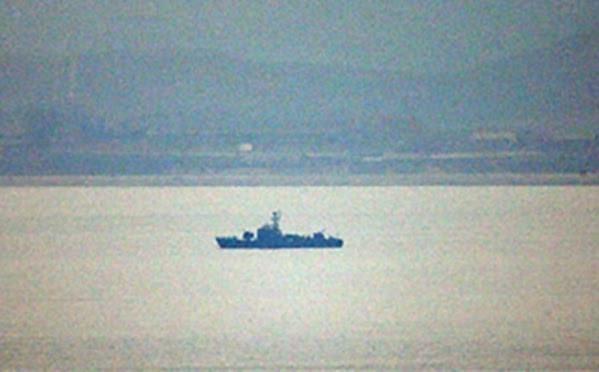 Tàu Triền Tiên đi qua đường ranh giới trên biển với Hàn Quốc sáng 8/2/2016. Ảnh: Yonhap