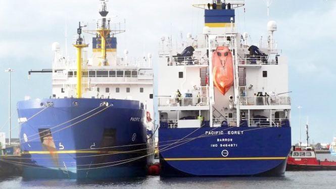 """Hai con tàu """"ma"""" chở vật liệu nhiệt hạch Pacific Heron và Pacific Egret tại Barrow-in-Furness, Anh trước khi khởi hành sang Nhật - Ảnh: Tổ chức bảo vệ môi trường CORE"""