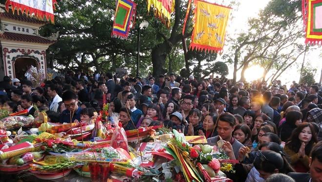 Chiều 8/2 (mùng 1 Tết), hàng nghìn người dân đổ về phủ Tây Hồ đi lễ đầu năm khiến cho khu vực này chật cứng người.