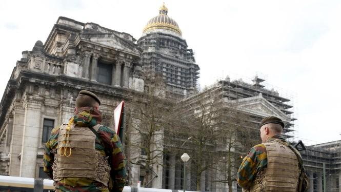 Binh sĩ Bỉ bảo vệ an ninh ở thủ đô Brussels - Ảnh: Reuters