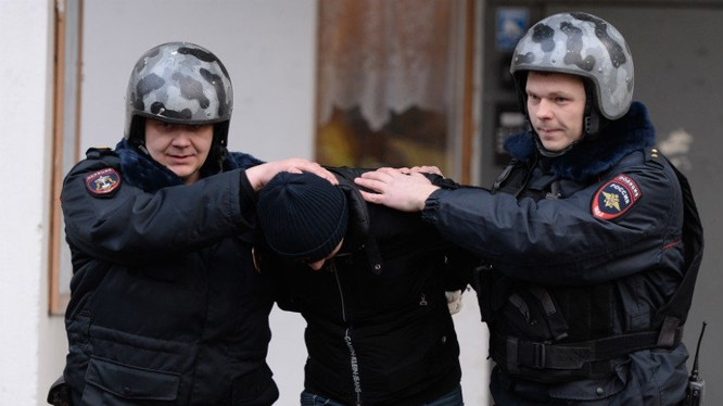Một người Việt bị cảnh sát Nga bắt giữ. (Ảnh: Alexey Filippov/RIA Novosti)