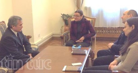 Đại sứ Nguyễn Minh Trí (bên trái) thảo luận với bà Leshynskaya (thứ 2 từ trái sang).