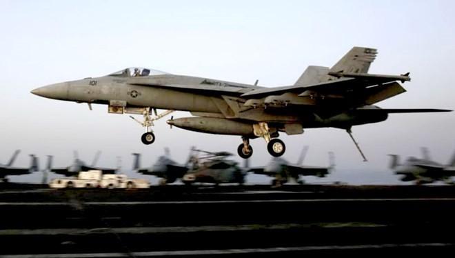 Máy bay chiến đấu của Mỹ cất cánh không kích IS. (Nguồn: AP)