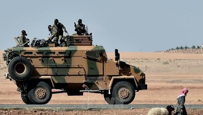Xe bọc thép của quân đội Thổ Nhĩ Kỳ tuần tra tại thị trấn Suruc gần Kobane, biên giới Thổ Nhĩ Kỳ-Syria. (Nguồn: AFP/TTXVN