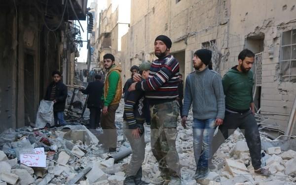 Khung cảnh thành phố Aleppo sau một trận không kích. (Nguồn: AFP/TTXVN)