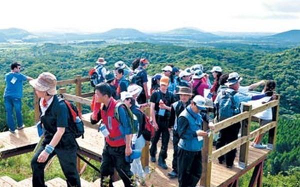 Khách du lịch trên đảo Cheju. (Nguồn: Yonhap).