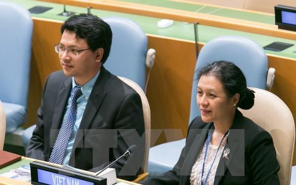 Đại sứ Nguyễn Phương Nga (phải) tham dự phiên khai mạc khóa họp 70 Đại Hội đồng Liên hợp quốc. (Ảnh: Lê Dương/TTXVN)