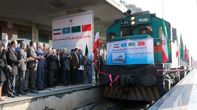 Lễ đón đoàn tàu lửa đầu tiên hoàn tất chuyến hành trình gần 10.000 km từ Trung Quốc đến Iran - Ảnh: AFP