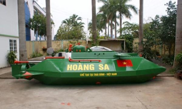 Tàu ngầm mini Hoàng Sa được sơn màu xanh