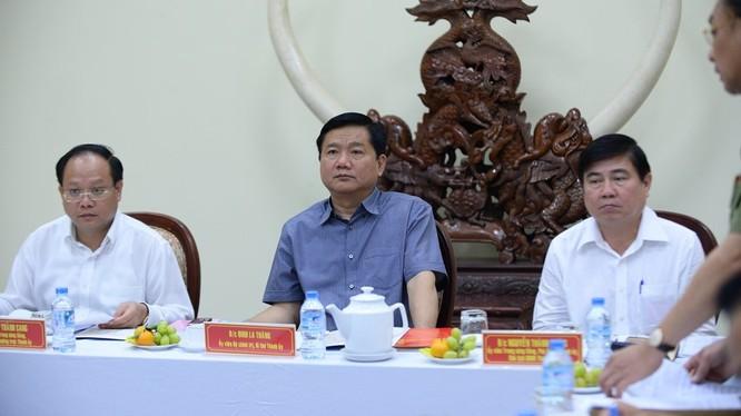 Ông Đinh La Thăng, Bí thư; ông Tất Thành Cang, phó bí thư thường trực TP HCM; ông Nguyễn Thành Phong, chủ tịch UBND TP HCM, làm việc với Đảng ủy CA TP HCM chiều 17/2. Ảnh: Thanh Nam.