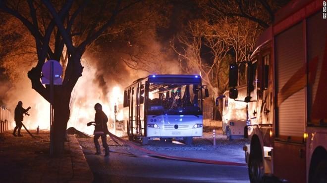 Lực lượng cứu hỏa nỗ lực dập tắt đám cháy do vụ đánh bom xe gây ra. (Nguồn: AP)