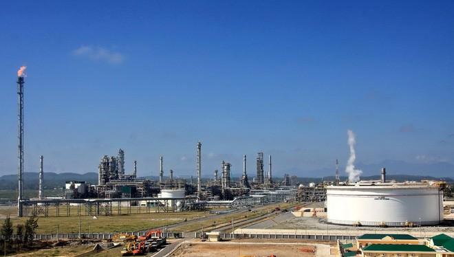 Xăng dầu Dung Quất đang kêu cứu vì giá bán cao hơn giá nhập khẩu khiến khó tiêu thụ sản phẩm.