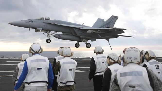Chiến đấu cơ F-18 Super Hornet chuẩn bị hạ cánh xuống tàu sân bay Mỹ USS Eisenhower - Ảnh: AFP