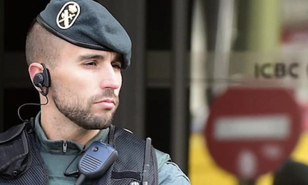 Cảnh sát Tây Ban Nha canh giữ trước chi nhánh ngân hàng Trung Quốc ICBC ở Madrid - Ảnh: FT