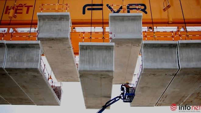 Các dự án xây dựng metro đều cần có số vốn rất lớn. Trong ảnh là cảnh lắp các đốt dầm tại tuyến metro số 1 (Bến Thành - Suối Tiên
