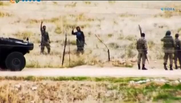 Các phần tử IS vẫy tay chào binh lính Thổ Nhĩ Kỳ bên kia biên giới.