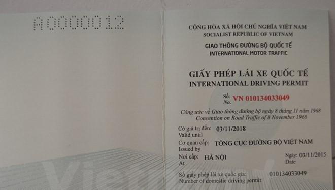 Mẫu giấy phép lái xe quốc tế cấp cho người Việt Nam. (Ảnh: Việt Hùng/Vietnam+)
