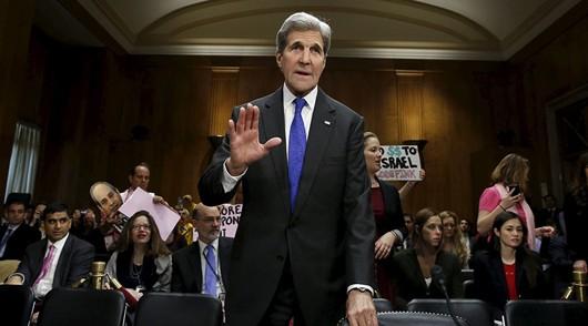 Ông John Kerry tới phòng họp dự phiên điều trần trước Ủy ban Đối ngoại Thượng viện hôm 23/2. Ảnh: Reuters