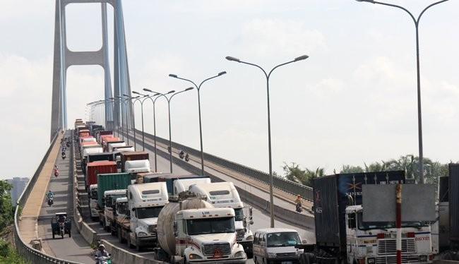 Lượng xe tăng cao khiến các tuyến đường dẫn vào cảng thường xuyên ùn tắc - Ảnh: Anh Quân