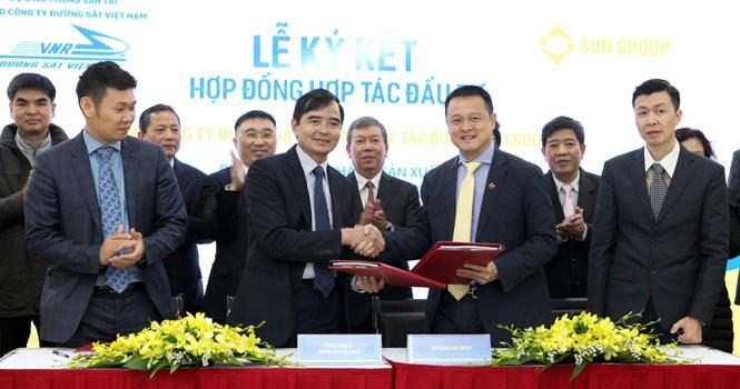 Đại diện VNR và Sun Group ký hợp đồng đầu tư tòa nhà tại 31 Láng Hạ, Hà Nội - Ảnh: T.Phùng