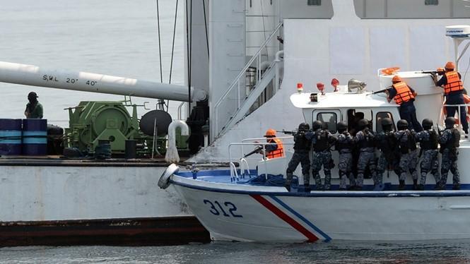 Lực lượng bảo vệ bờ biển của Philippines trong một đợt diễn tập với Nhật Bản tại Vịnh Manila năm 2015 - Ảnh: AFP