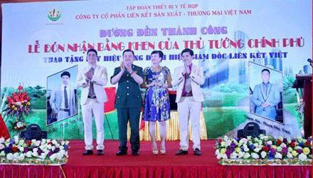 Lê Xuân Giang (mặc quân phục) tại lễ đón nhận bằng khen của Thủ tướng. Đây là bằng khen bị các đối tượng làm giả.