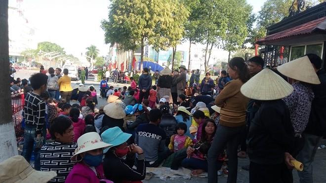 Người dân xã Quảng Cư tập trung trước cổng UBND tỉnh Thanh Hóa để phản đối việc giao đất cho Tập đoàn FLC. Ảnh: Nguyễn Dương.