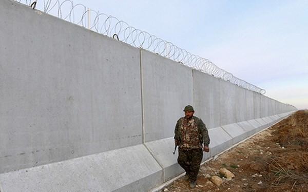 Một binh sỹ tuần tra ở biên giới Tổ Nhĩ Kỳ-Syria. (Nguồn: Reuters)