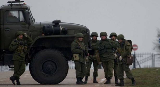 Các tay súng không rõ danh tính phong tỏa đường vào sân bay trong căn cứ Hạm đội Biển Đen ở Sevastopol, Crimea. Ảnh: AP