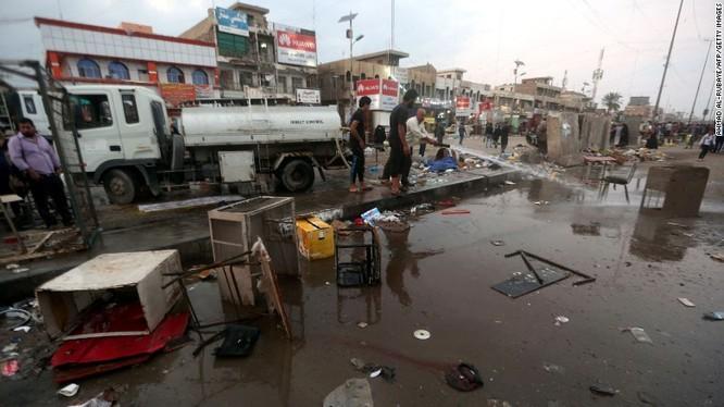 Hiện trường vụ đánh bom liều chết tại khu chợ Baghdad, Iraq vào hôm Chủ nhật.