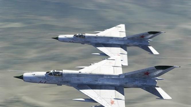 Hai tiêm kích MiG-21 được cho là từng giúp đỡ sinh viên sĩ quan trường hàng không quân sự cao cấp Kharkov thu hoạch khoai tây bằng cách bay sát mặt đất để khoai bị bắn tung lên - Ảnh minh hoạ: Diễn đàn vk.com/russianarmynews